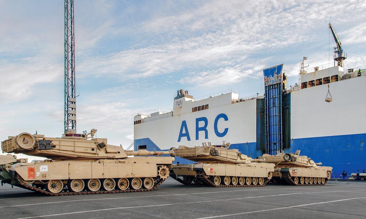 Os tanques M1A2 Abrams e outros veículos militares da 3ª Brigada de Combate, 4ª Divisão de Infantaria, são descarregados do navio ARC Resolve no porto de Bremerhaven, Alemanha