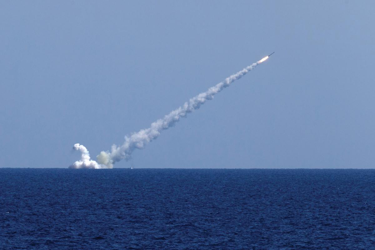 Os submarinos russos Kolpino e Veliky Novgorod lançam sete mísseis Kalibr em alvos terroristas na Síria