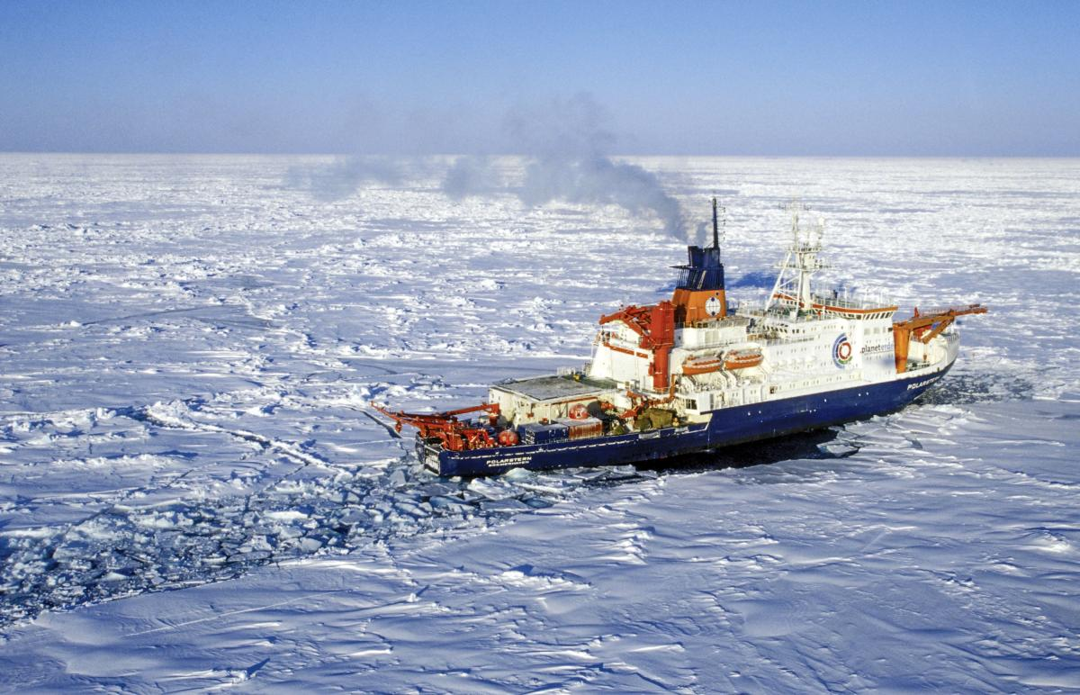 The German research icebreaker 'Polarstern' belonging to the 'Alfred-Wegener-Institute for Ocean and Polar Research' drives through the pack ice at the Storfjord off the coast of Spitzbergen, Norway, 14 March 2003